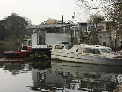 Image of illegal mooring on the Thames